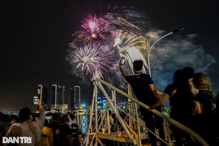 Pháo hoa rực sáng bầu trời cả nước chúc mừng năm mới 2021 - Ảnh 4