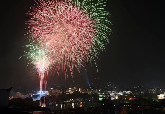 Pháo hoa rực sáng bầu trời cả nước chúc mừng năm mới 2021 - Ảnh 6