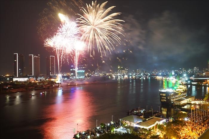 Pháo hoa rực sáng bầu trời cả nước chúc mừng năm mới 2021 - Ảnh 14