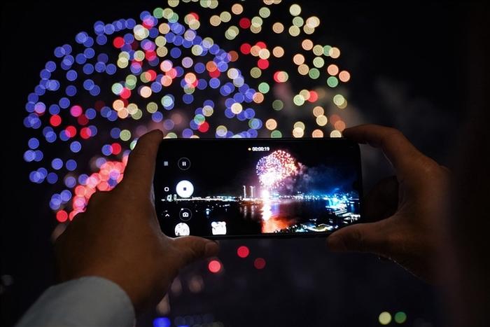 Pháo hoa rực sáng bầu trời cả nước chúc mừng năm mới 2021 - Ảnh 15