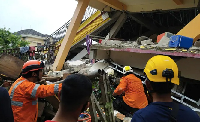 Cả nghìn người hốt hoảng chạy ra ngoài vì động đất kinh hoàng, ít nhất 35 nạn nhân tử vong - Ảnh 1