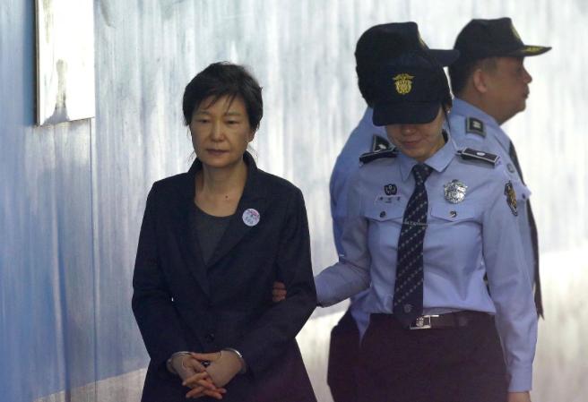 Y án 20 năm tù với cựu Tổng thống Park Geun-hye, chấm dứt vụ bê bối chính trị lớn nhất Hàn Quốc - Ảnh 1