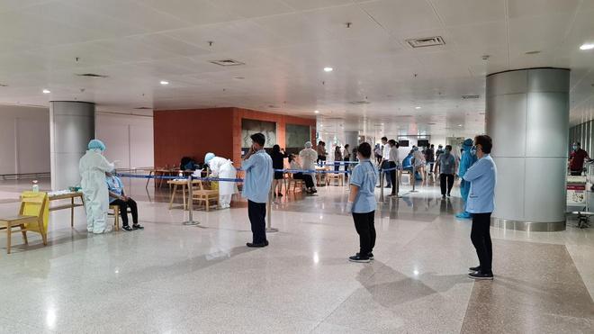 TP.HCM: Xét nghiệm COVID-19 đối với toàn bộ nhân viên sân bay Tân Sơn Nhất - Ảnh 1