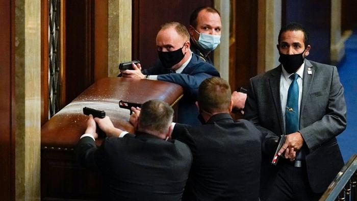 Những hình ảnh khiến cả thế giới choáng váng khi quốc hội Mỹ náo loạn trong phiên họp ngày 6/1 - Ảnh 2