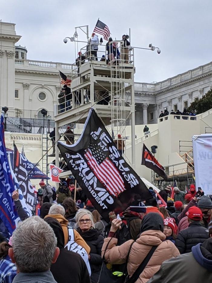 Những hình ảnh khiến cả thế giới choáng váng khi quốc hội Mỹ náo loạn trong phiên họp ngày 6/1 - Ảnh 13