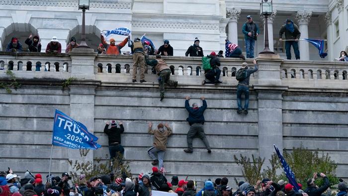 Những hình ảnh khiến cả thế giới choáng váng khi quốc hội Mỹ náo loạn trong phiên họp ngày 6/1 - Ảnh 4