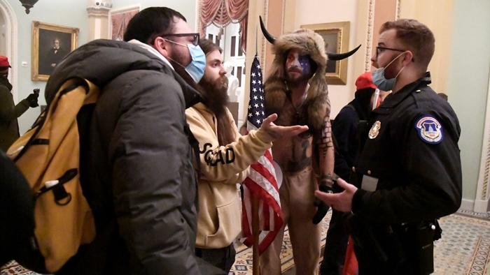 Những hình ảnh khiến cả thế giới choáng váng khi quốc hội Mỹ náo loạn trong phiên họp ngày 6/1 - Ảnh 5