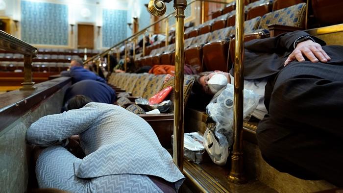 Những hình ảnh khiến cả thế giới choáng váng khi quốc hội Mỹ náo loạn trong phiên họp ngày 6/1 - Ảnh 7