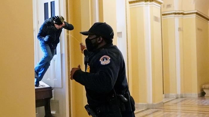 Những hình ảnh khiến cả thế giới choáng váng khi quốc hội Mỹ náo loạn trong phiên họp ngày 6/1 - Ảnh 8