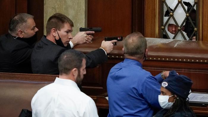 Những hình ảnh khiến cả thế giới choáng váng khi quốc hội Mỹ náo loạn trong phiên họp ngày 6/1 - Ảnh 9