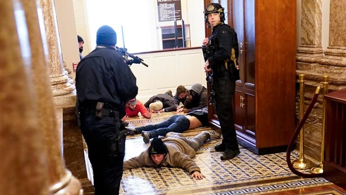 Những hình ảnh khiến cả thế giới choáng váng khi quốc hội Mỹ náo loạn trong phiên họp ngày 6/1 - Ảnh 10