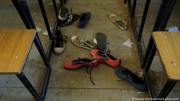 Các tay súng tấn công trường học, hàng trăm nam sinh bị bắt cóc  - Ảnh 1