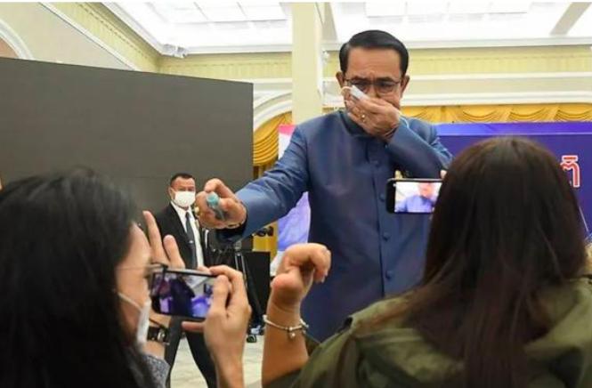 Thủ tướng Thái Lan gây sửng sốt khi xịt thẳng nước sát khuẩn vào phóng viên - Ảnh 1