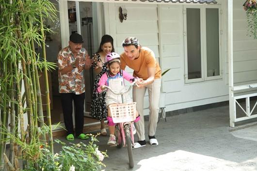 Sau vụ lộ hình ảnh gầy gò đáng sợ, Thuận Nguyễn tươi cười rạng rỡ, nhảy chân sáo ở phim trường - Ảnh 2