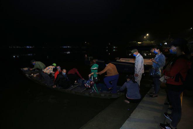 Người dân ùn ùn đổ về chùa Hương, ban quản lý đo thân nhiệt du khách 24/24 - Ảnh 4