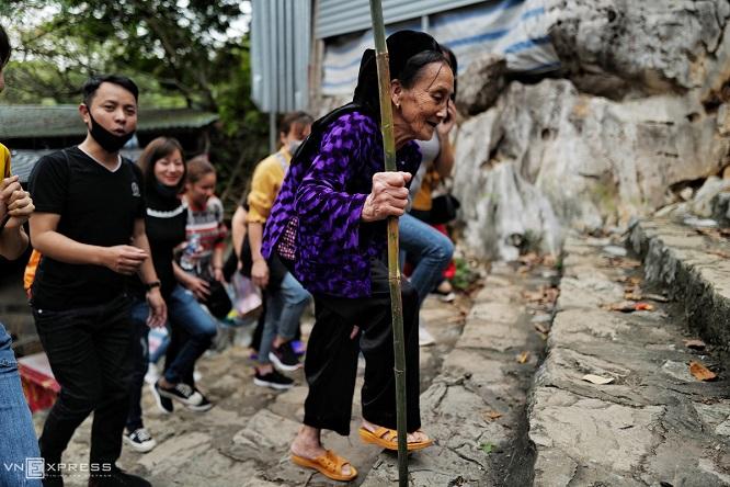 Người dân ùn ùn đổ về chùa Hương, ban quản lý đo thân nhiệt du khách 24/24 - Ảnh 6