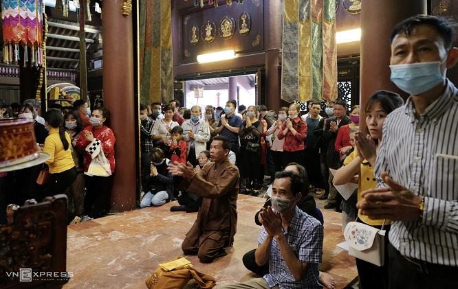 Người dân ùn ùn đổ về chùa Hương, ban quản lý đo thân nhiệt du khách 24/24 - Ảnh 2