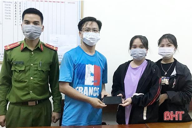 Hà Tĩnh: Hai 2 nữ sinh nhặt được điện thoại, nhờ công an tìm người trả lại - Ảnh 1