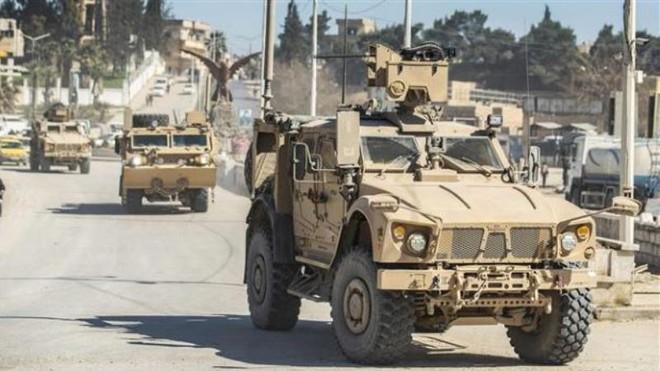 Hàng chục xe tải chở thiết bị quân sự của Liên quân do Mỹ đứng đầu rầm rập tiến vào Syria - Ảnh 1