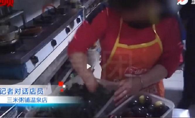 Camera ẩn ghi lại hành động đáng sợ của đầu bếp chuỗi nhà hàng nổi tiếng, thực khách không khỏi rùng mình - Ảnh 1