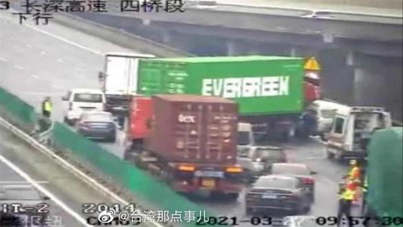 Chiếc xe container gặp nạn chắn ngang đường cao tốc ở Thâm Quyến gây 'sốt' mạng xã hội - Ảnh 1