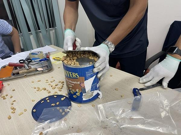 Thu giữ gần 36kg ma túy các loại 'nguỵ trang' trong các lô hàng quà biếu - Ảnh 1