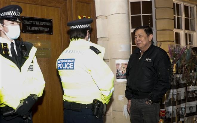 Đại sứ Myanmar tại Anh bị cấp phó 'cấm cửa' không cho vào toà nhà Đại sứ quán - Ảnh 1