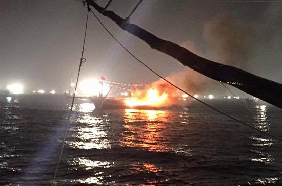 Nổ tàu cá trong đêm, 14 người thương vong tại Quảng Ngãi - Ảnh 1