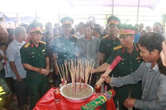 Cảm động lễ đón hài cốt liệt sĩ về quê nhờ chiếc bút khắc tên người yêu - Ảnh 2