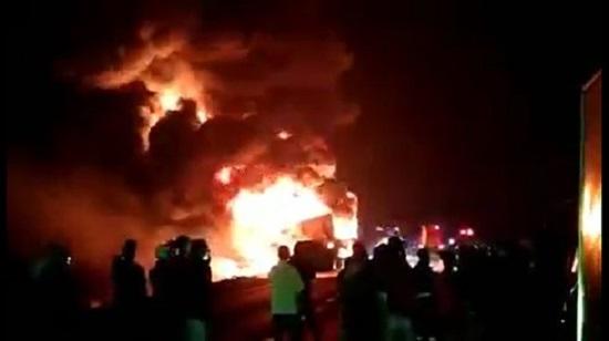 Gia Lai: Xe đầu kéo chở 32 tấn mủ cao su bốc cháy, thiệt hại hàng tỷ đồng - Ảnh 1