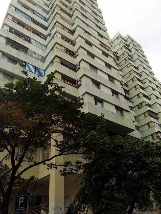 Hà Nội: Ông nội vắng nhà, bé 5 tuổi rơi từ chung cư cao tầng xuống đất nguy kịch - Ảnh 1