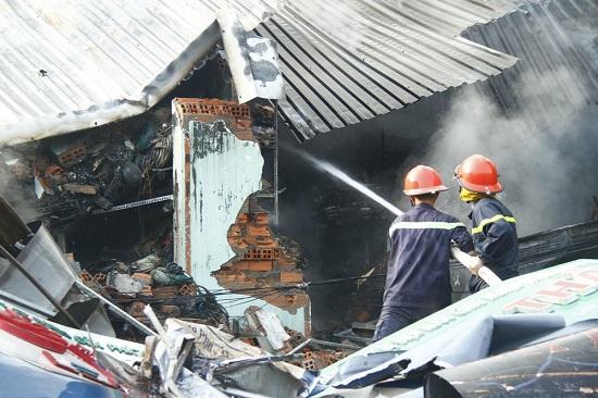 Hiện trường vụ cháy 3 cửa hàng tại Bình Dương: Phát hiện 1 thi thể trong đống đổ nát - Ảnh 1