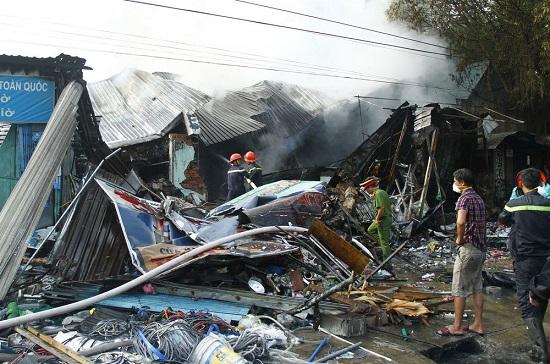 Hiện trường vụ cháy 3 cửa hàng tại Bình Dương: Phát hiện 1 thi thể trong đống đổ nát - Ảnh 2