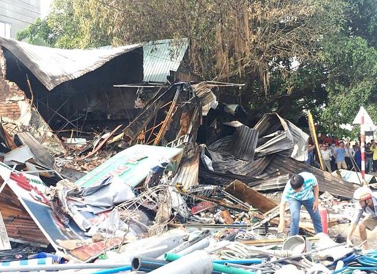 Hiện trường vụ cháy 3 cửa hàng tại Bình Dương: Phát hiện 1 thi thể trong đống đổ nát - Ảnh 3