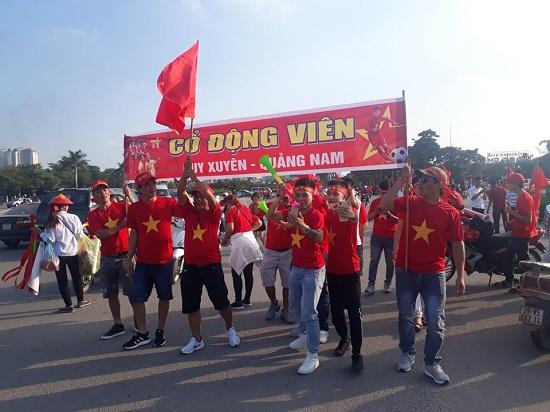 Trận Việt Nam- Malaysia: Hàng ngàn CĐV nhuộm đỏ sân Mỹ Đình trước giờ bóng lăn - Ảnh 1