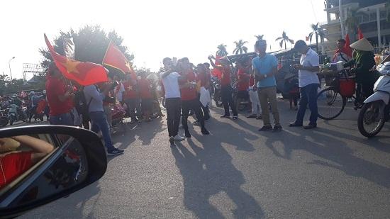 Trận Việt Nam- Malaysia: Hàng ngàn CĐV nhuộm đỏ sân Mỹ Đình trước giờ bóng lăn - Ảnh 4