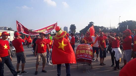 Trận Việt Nam- Malaysia: Hàng ngàn CĐV nhuộm đỏ sân Mỹ Đình trước giờ bóng lăn - Ảnh 5