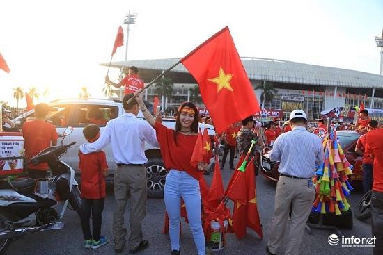 Trận Việt Nam- Malaysia: Hàng ngàn CĐV nhuộm đỏ sân Mỹ Đình trước giờ bóng lăn - Ảnh 8