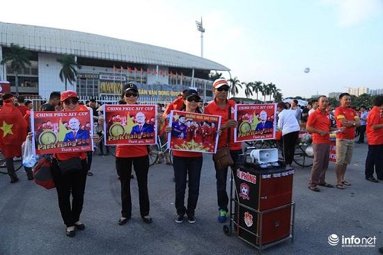 Trận Việt Nam- Malaysia: Hàng ngàn CĐV nhuộm đỏ sân Mỹ Đình trước giờ bóng lăn - Ảnh 9