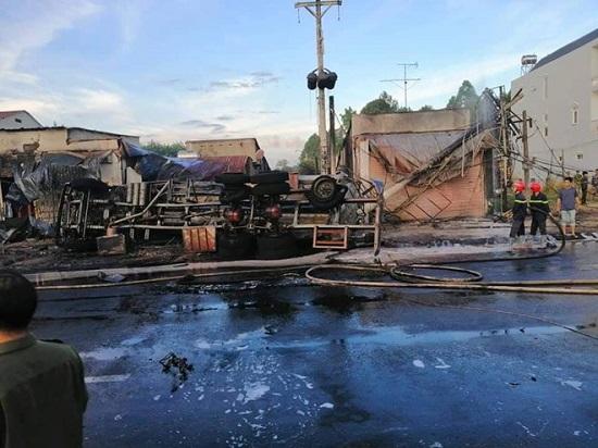 Bình Phước: Xe bồn chở xăng tông ba gác lúc rạng sáng, 6 người chết cháy - Ảnh 2