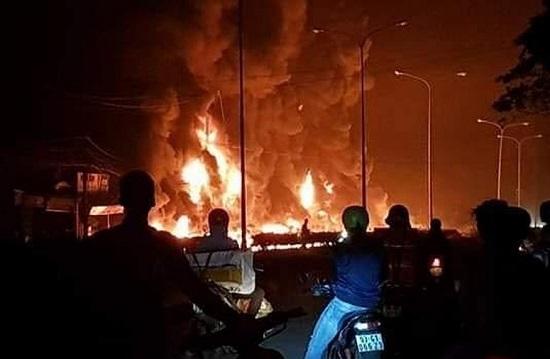 Vụ xe bồn bốc cháy làm 6 người chết ở Bình Phước: Xe bồn gây tai nạn vẫn còn hạn đăng kiểm - Ảnh 1