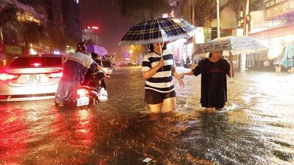 """TP.HCM: Người dân bì bõm, lội nước trên những tuyến phố chưa từng """"lụt"""" trong lịch sử - Ảnh 1"""