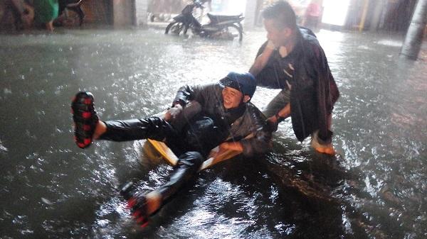 """TP.HCM: Người dân bì bõm, lội nước trên những tuyến phố chưa từng """"lụt"""" trong lịch sử - Ảnh 10"""