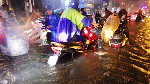 """TP.HCM: Người dân bì bõm, lội nước trên những tuyến phố chưa từng """"lụt"""" trong lịch sử - Ảnh 2"""
