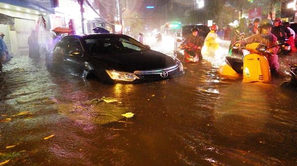 """TP.HCM: Người dân bì bõm, lội nước trên những tuyến phố chưa từng """"lụt"""" trong lịch sử - Ảnh 3"""