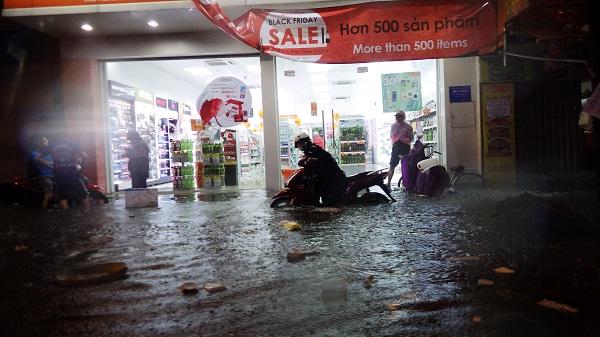 """TP.HCM: Người dân bì bõm, lội nước trên những tuyến phố chưa từng """"lụt"""" trong lịch sử - Ảnh 4"""