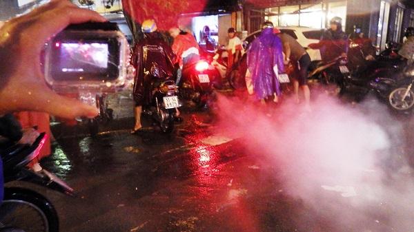"""TP.HCM: Người dân bì bõm, lội nước trên những tuyến phố chưa từng """"lụt"""" trong lịch sử - Ảnh 5"""