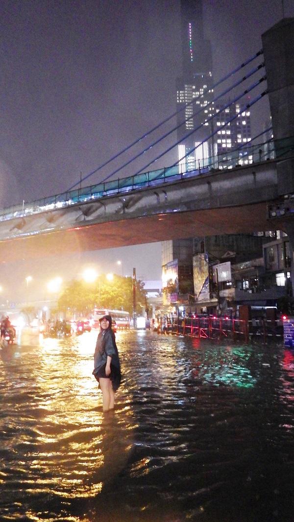 """TP.HCM: Người dân bì bõm, lội nước trên những tuyến phố chưa từng """"lụt"""" trong lịch sử - Ảnh 7"""