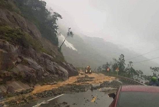 """Khánh Hòa: Nhiều tuyến đường """"thất thủ"""", người dân huyện miền núi bị cô lập hoàn toàn - Ảnh 3"""