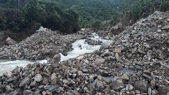 """Khánh Hòa: Nhiều tuyến đường """"thất thủ"""", người dân huyện miền núi bị cô lập hoàn toàn - Ảnh 4"""